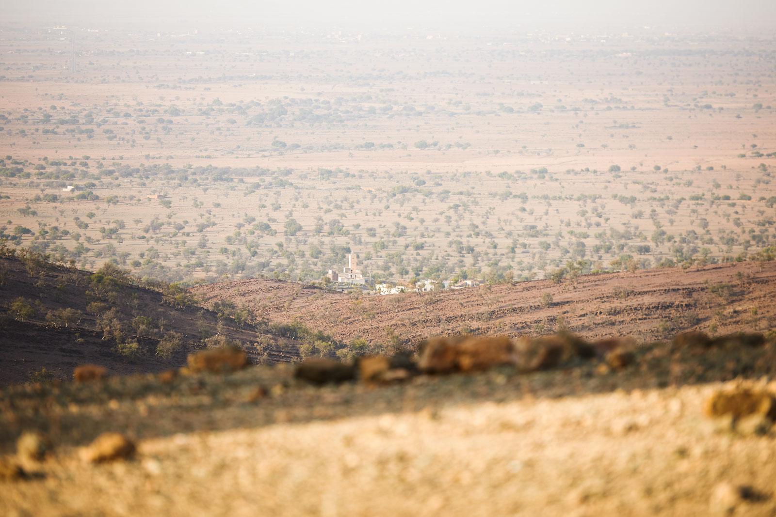 Bild einer in der Ferne liegenden Stadt in den Bergen des Antiatlas Gebirges in Marokko