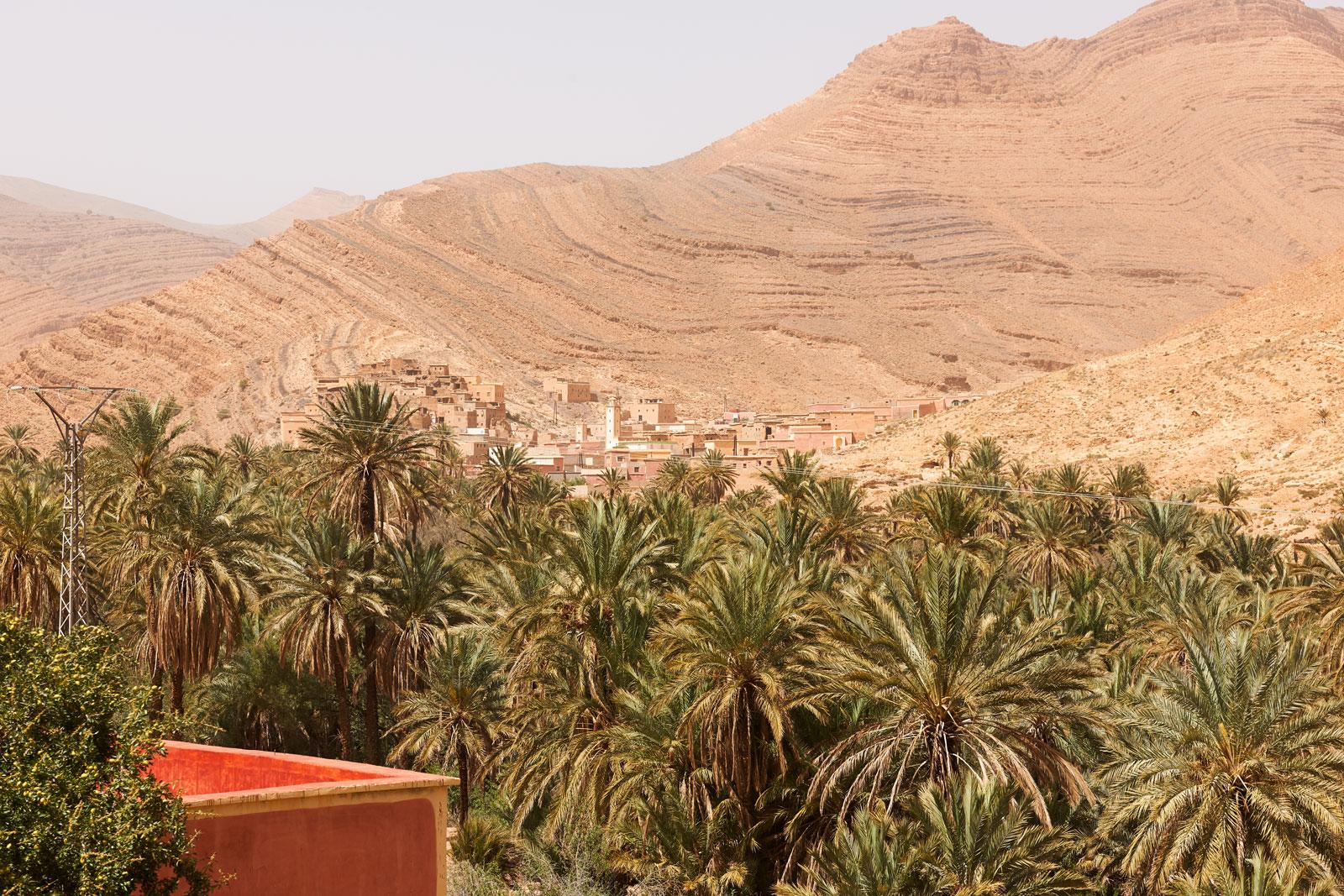 Bild einer Stadt mit Palmenoase in den Bergen des Antiatlas Gebirges in Marokko