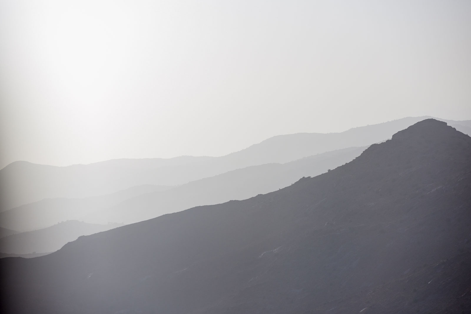 Bild von im Dunst sich auflösenden Berglandschaften in den Bergen des Antiatlas Gebirges in Marokko
