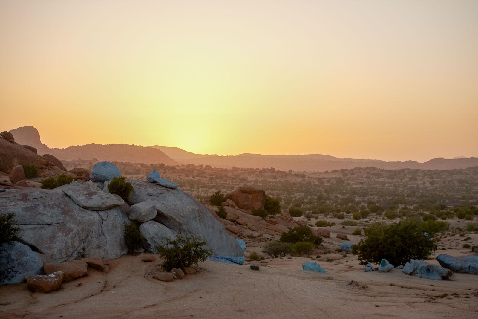 Bild von den blauen Felsen von Tafraoute, in den Bergen des Antiatlas Gebirges in Marokko
