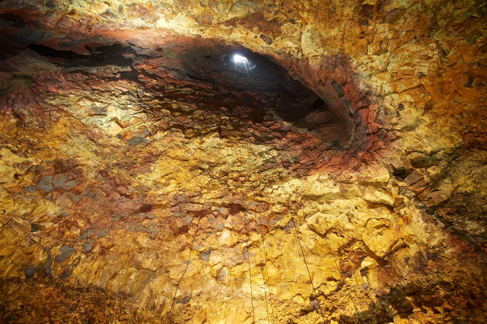 Blick aus dem Inneren eines Vulkans in Richtung Ausstoß