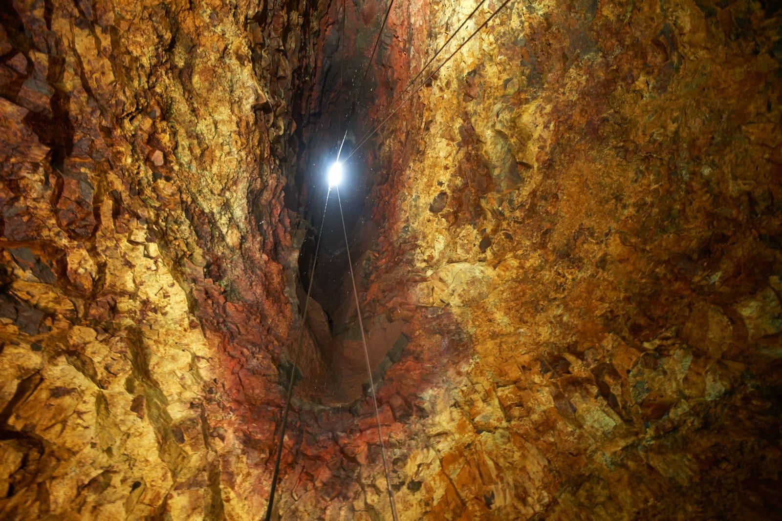 Blick aus dem Inneren eines Vulkans in Richtung Ausgang