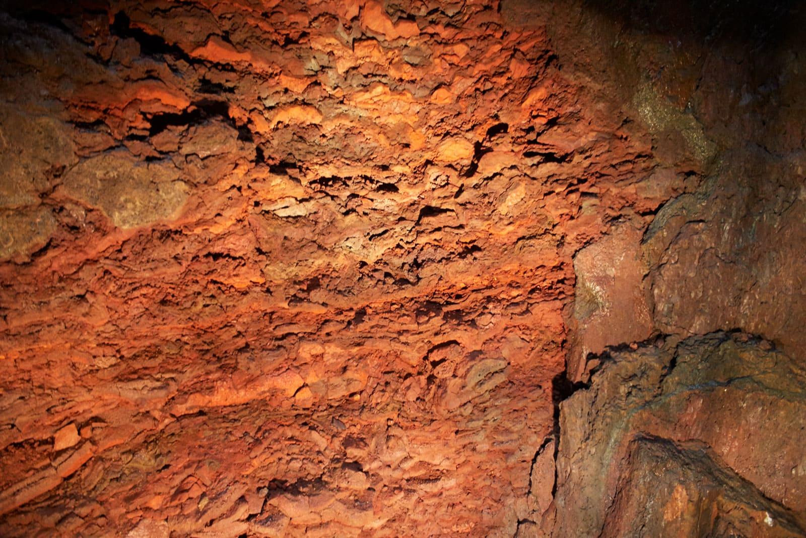 porige rote Lavawand in einem erloschenen Vulkan