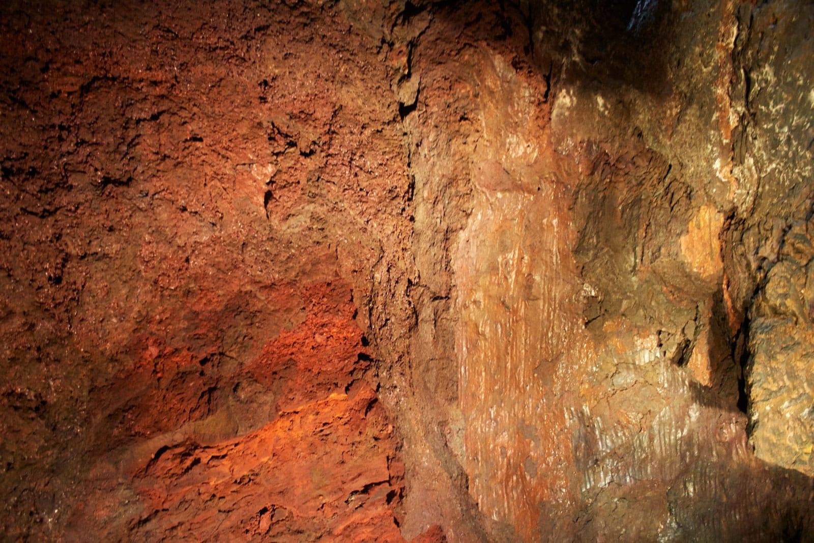 rote Lavawand in einem erloschenen Vulkan