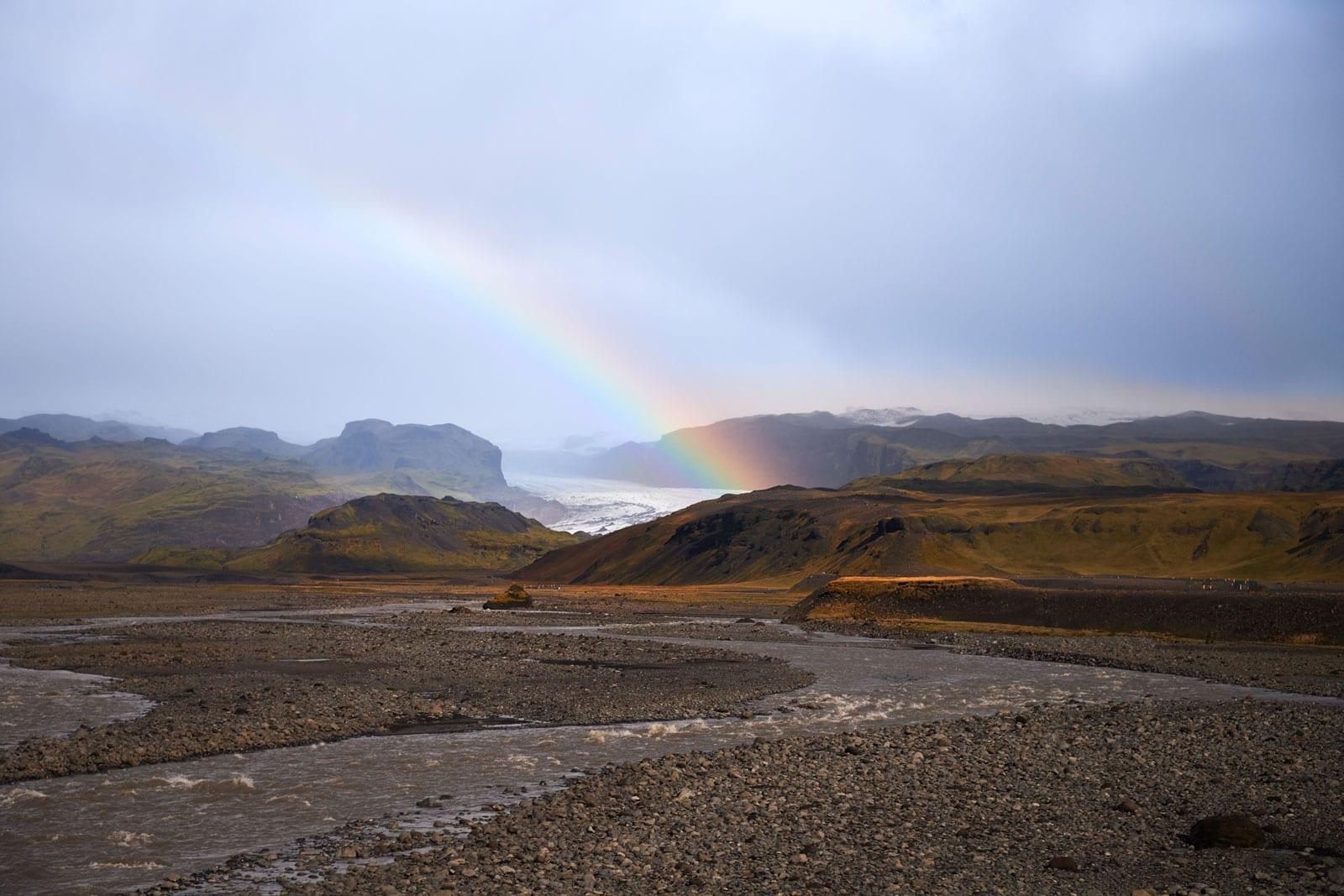 Regenbogen über Gletscherlandschaft