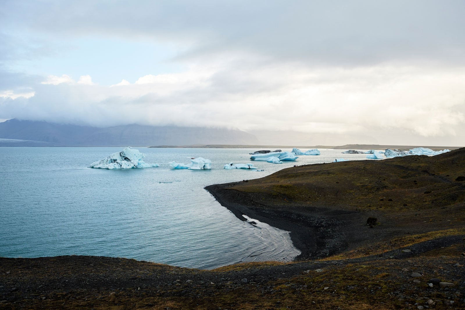 kleine Eisberge treiben im Meer