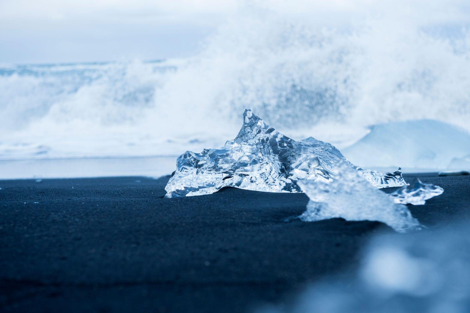 geschmolzene Eisbrocken am Meeresstrand