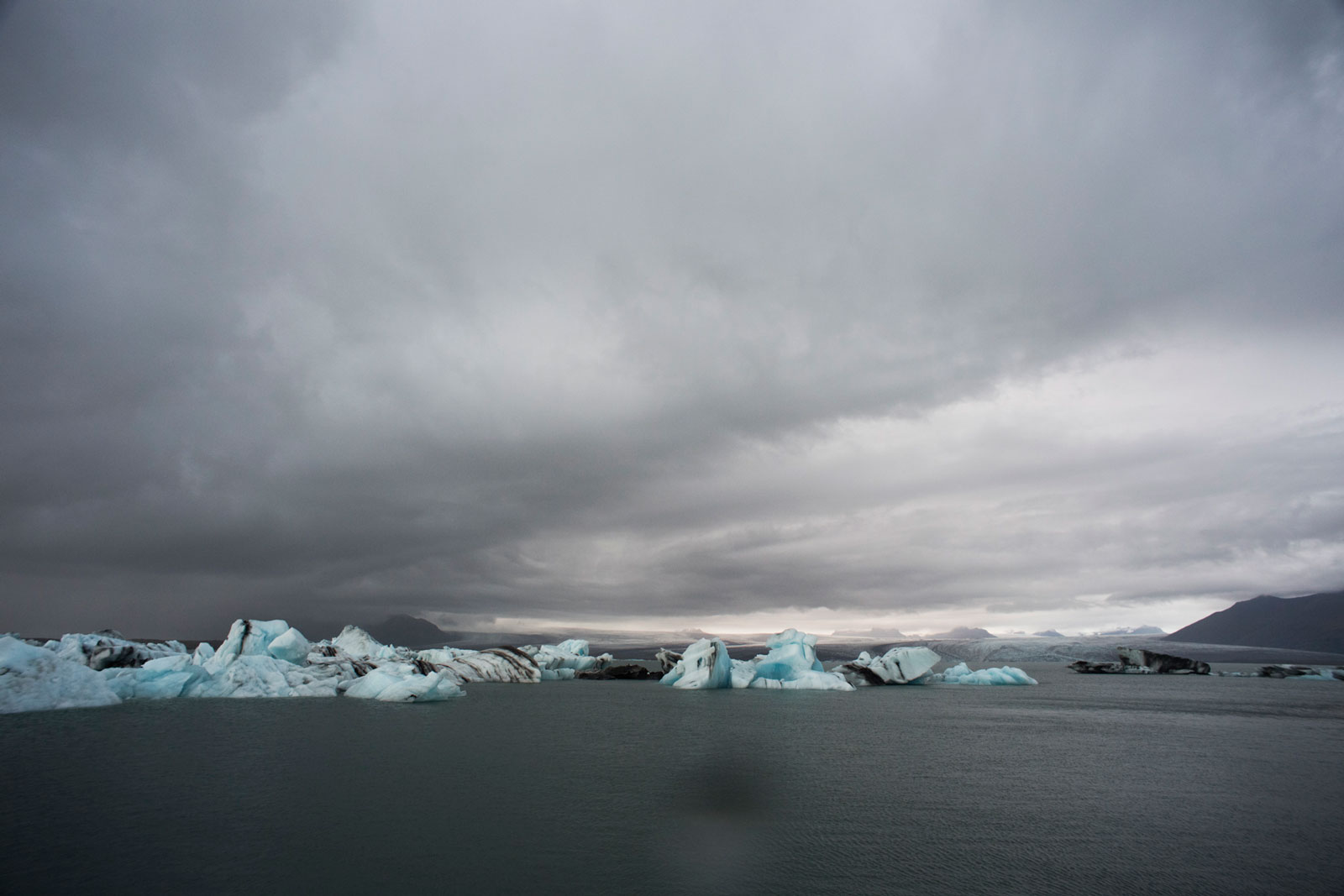 weißblaue Eisberge schwimmen im Meer