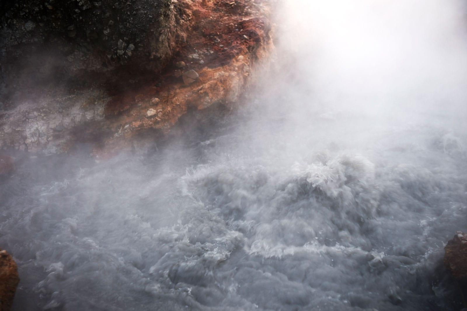 heiße sprudelnde graue Quelle