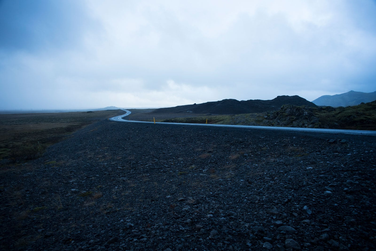 einsame Strasse in grauer Landschaft