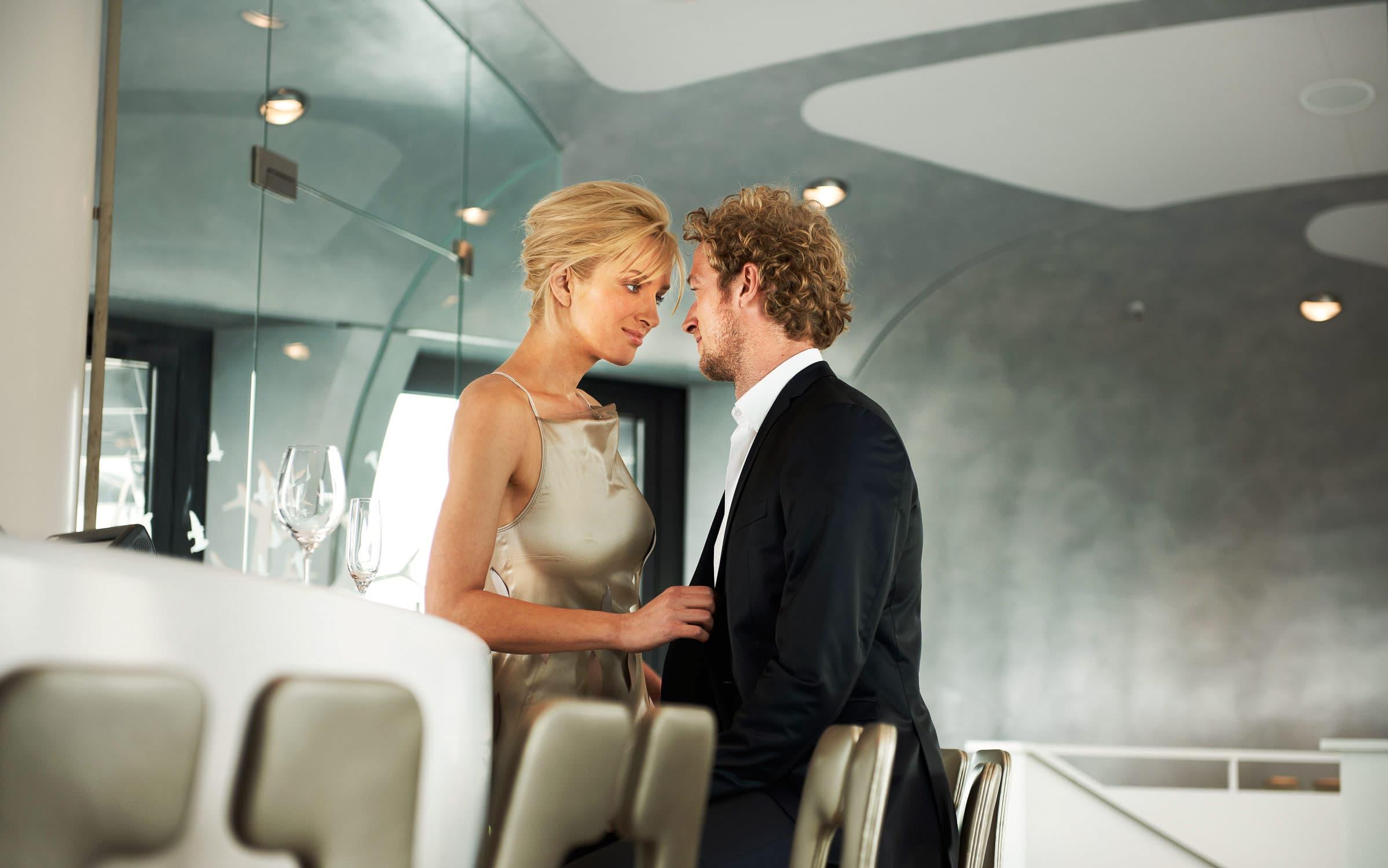 Extravagantes Paar nähert sich in einer stylischen Bar