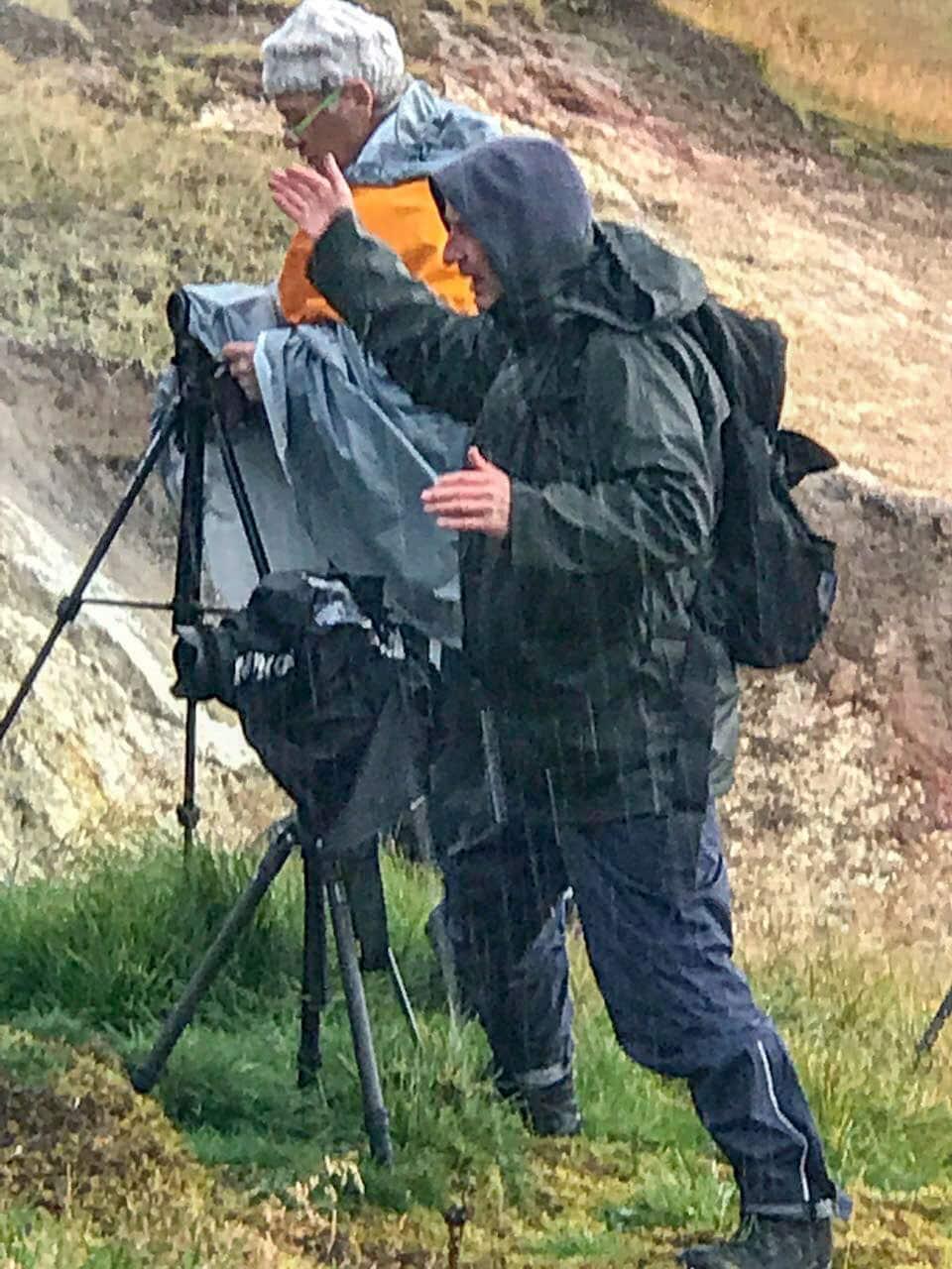 Fotograf arbeitet bei strömenden Regen