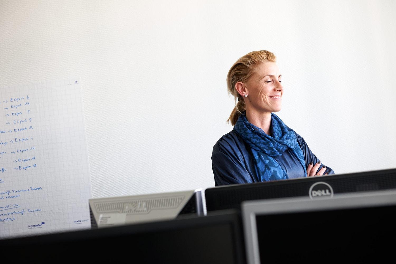 Foto von glückliche Mitarbeiterin am Schreibtisch