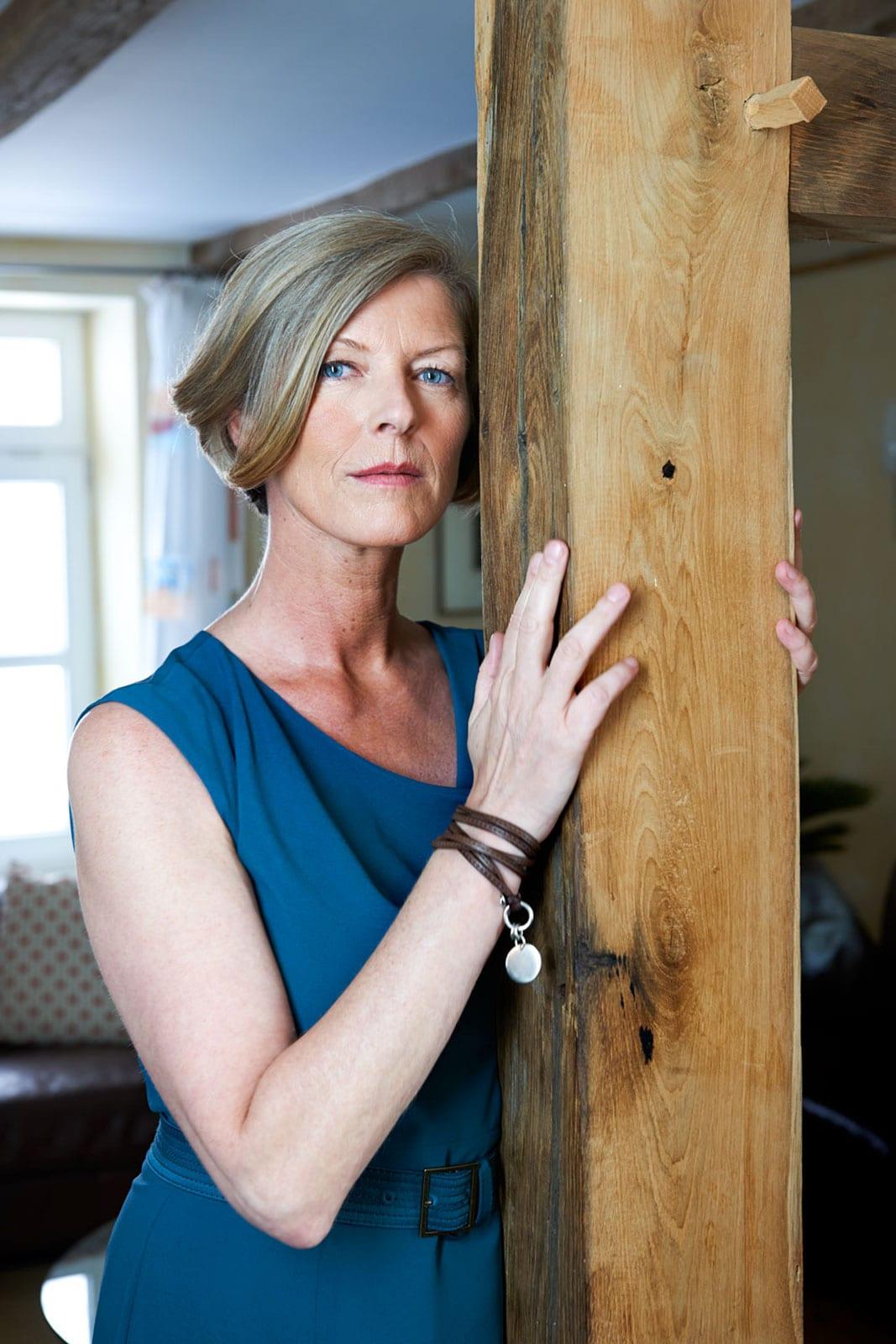 Foto einer Frau mit Liebe zu Holz