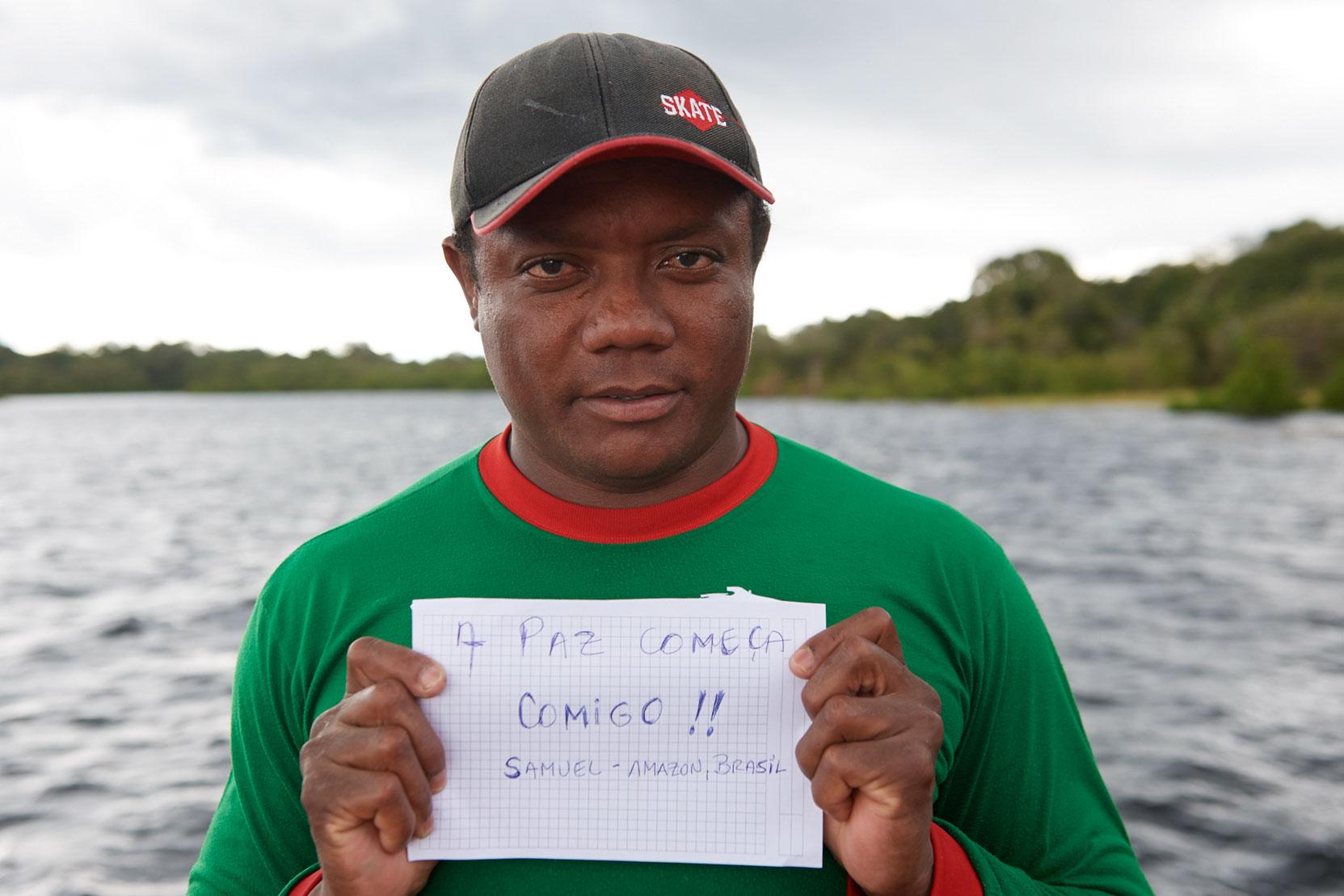 Portrait eines Brasilianers, der ein beschriebenes Blatt Papier vor sich hält