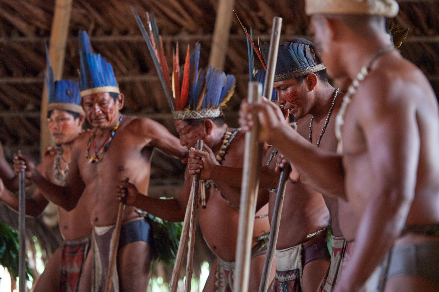Bild indogener Völker mit Kopfschmuck und Bemalung beim Tanz