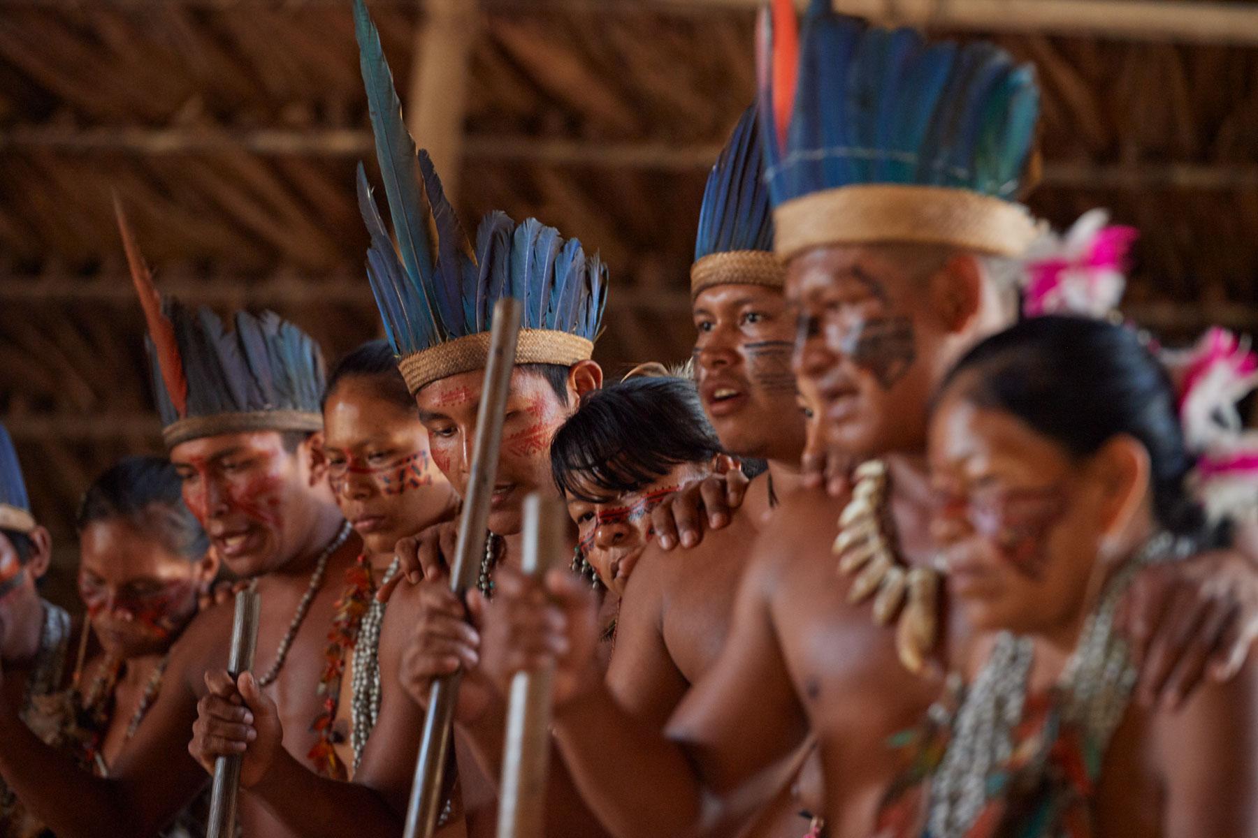 Bild eines indogene Völker mit Kopfschmuck und Bemalung beim tanzen
