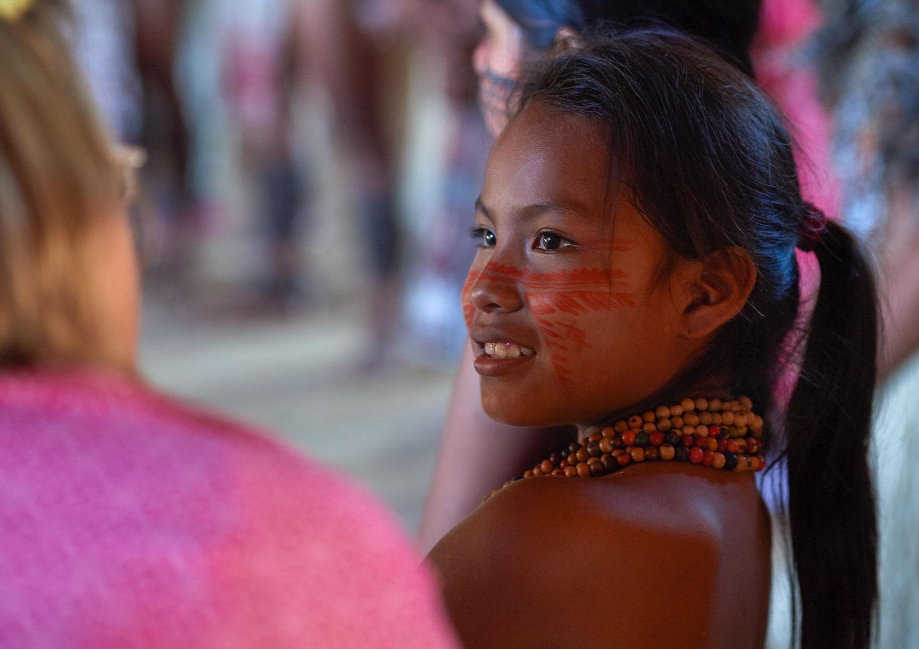 Bild einer jungen indogenen Frau im Gespräch mit einer Weißen