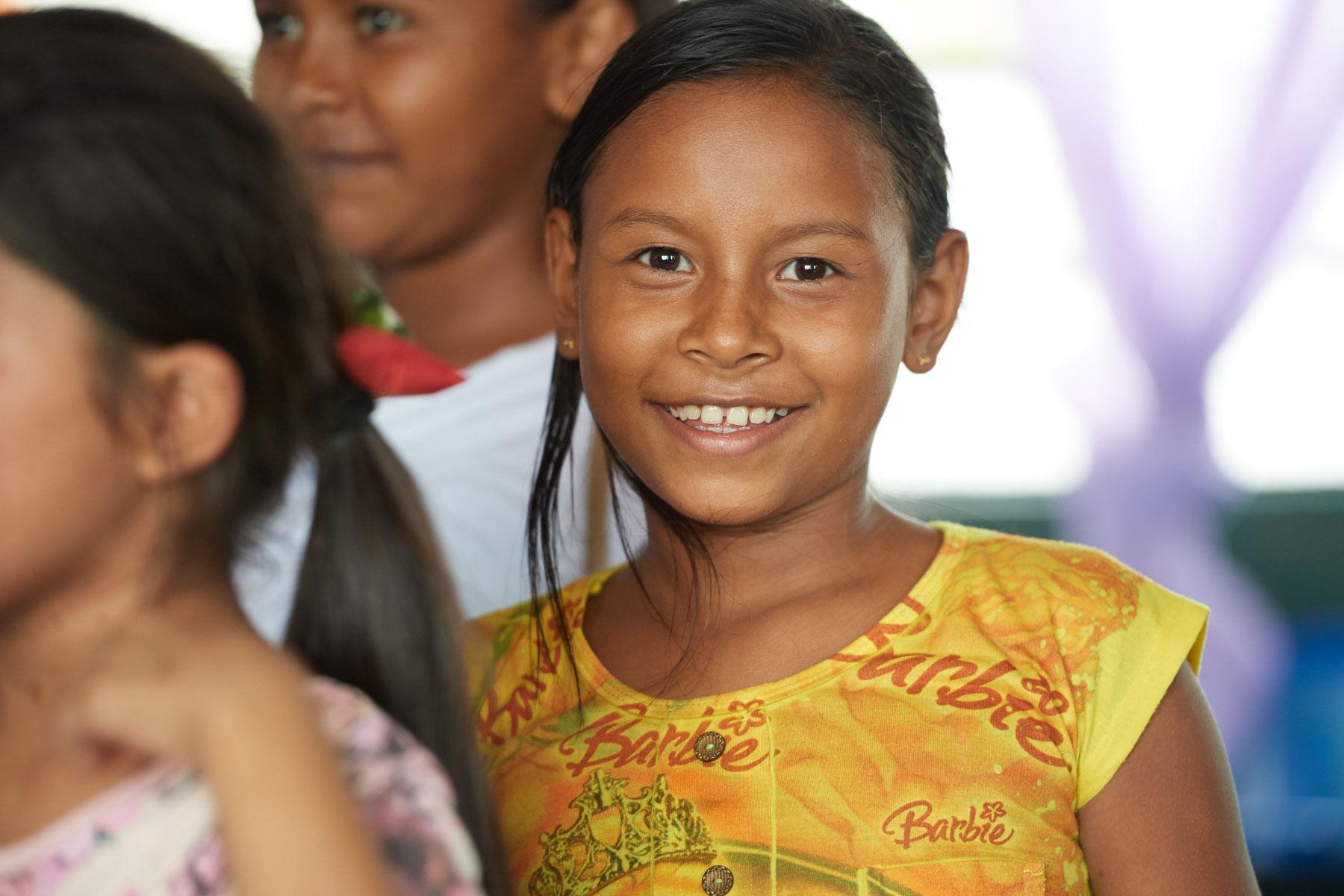 Portrait einer brasilianischen Schülerin, die freundlich in die Kamera schaut