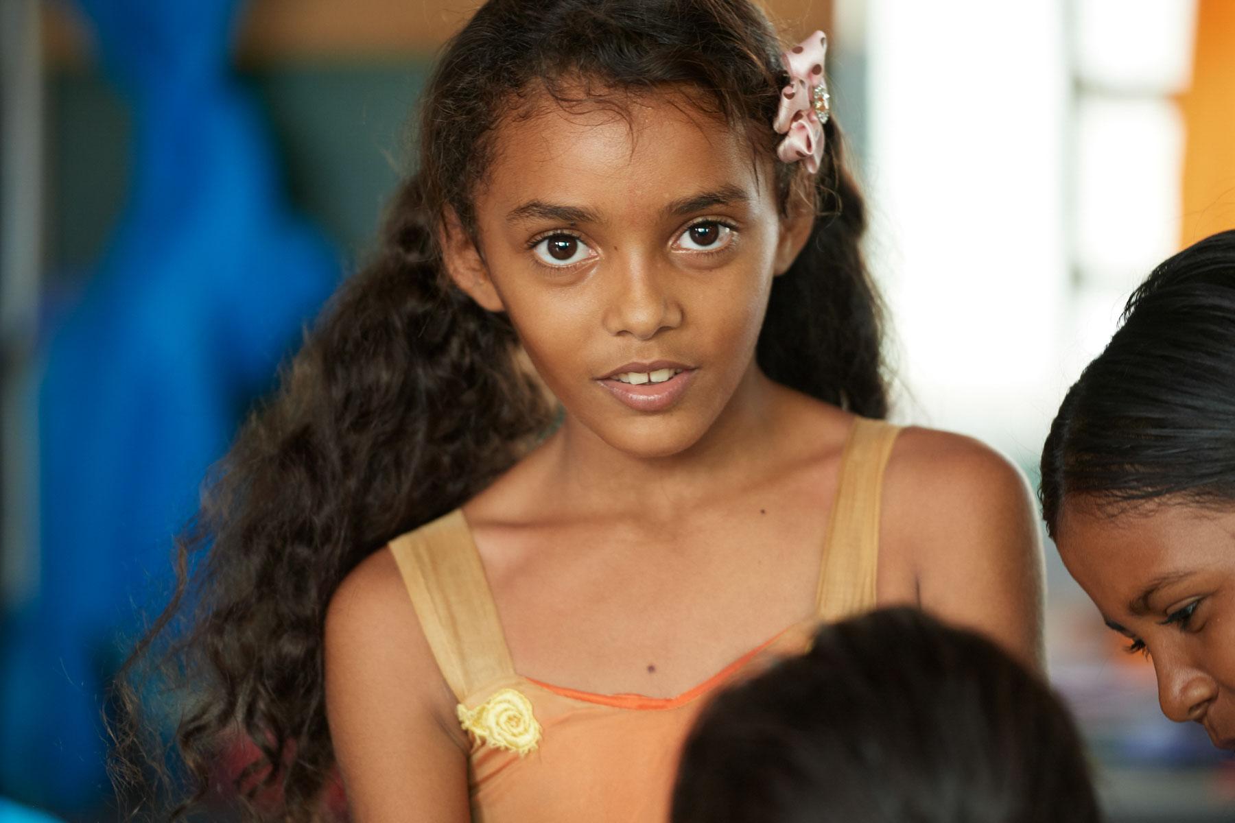 Bild eines jungen Mädchen, das in die Kamera schaut