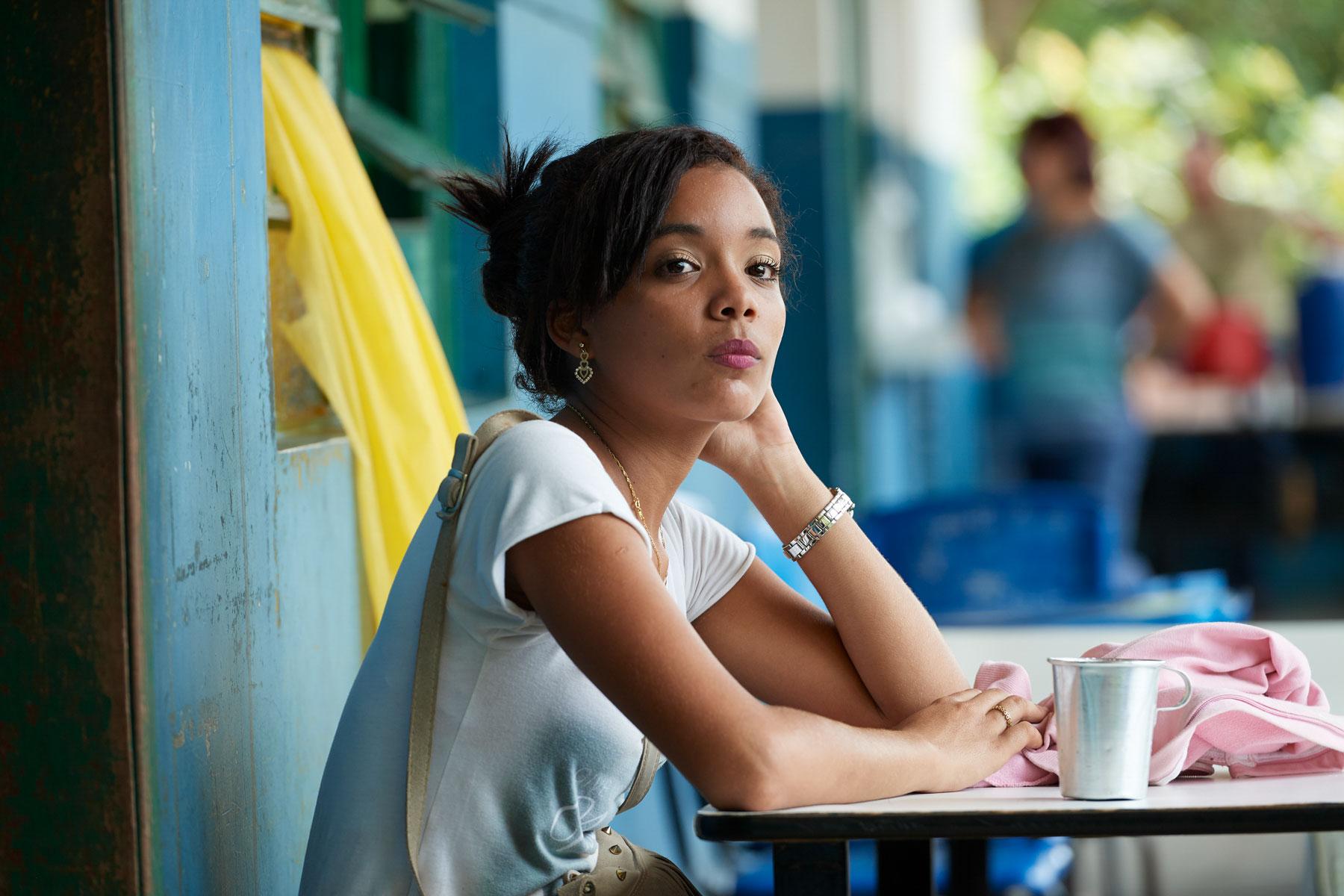 Portrait einer jungen schönen Brasilianerin, die entspannt in die Ferne schaut