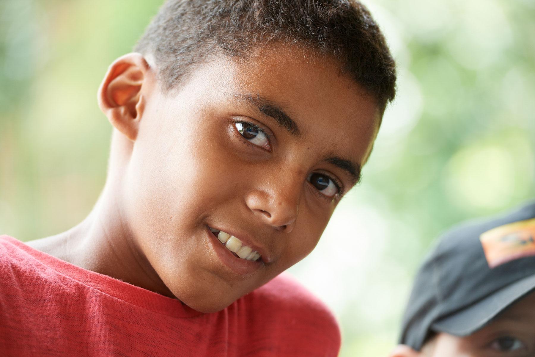 Portrait eines Jungen der freundlich in die Kamera schaut