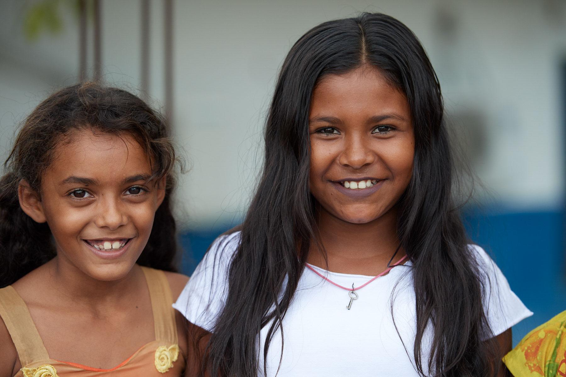 Portrait zweier brasilianischer Schulmädchen