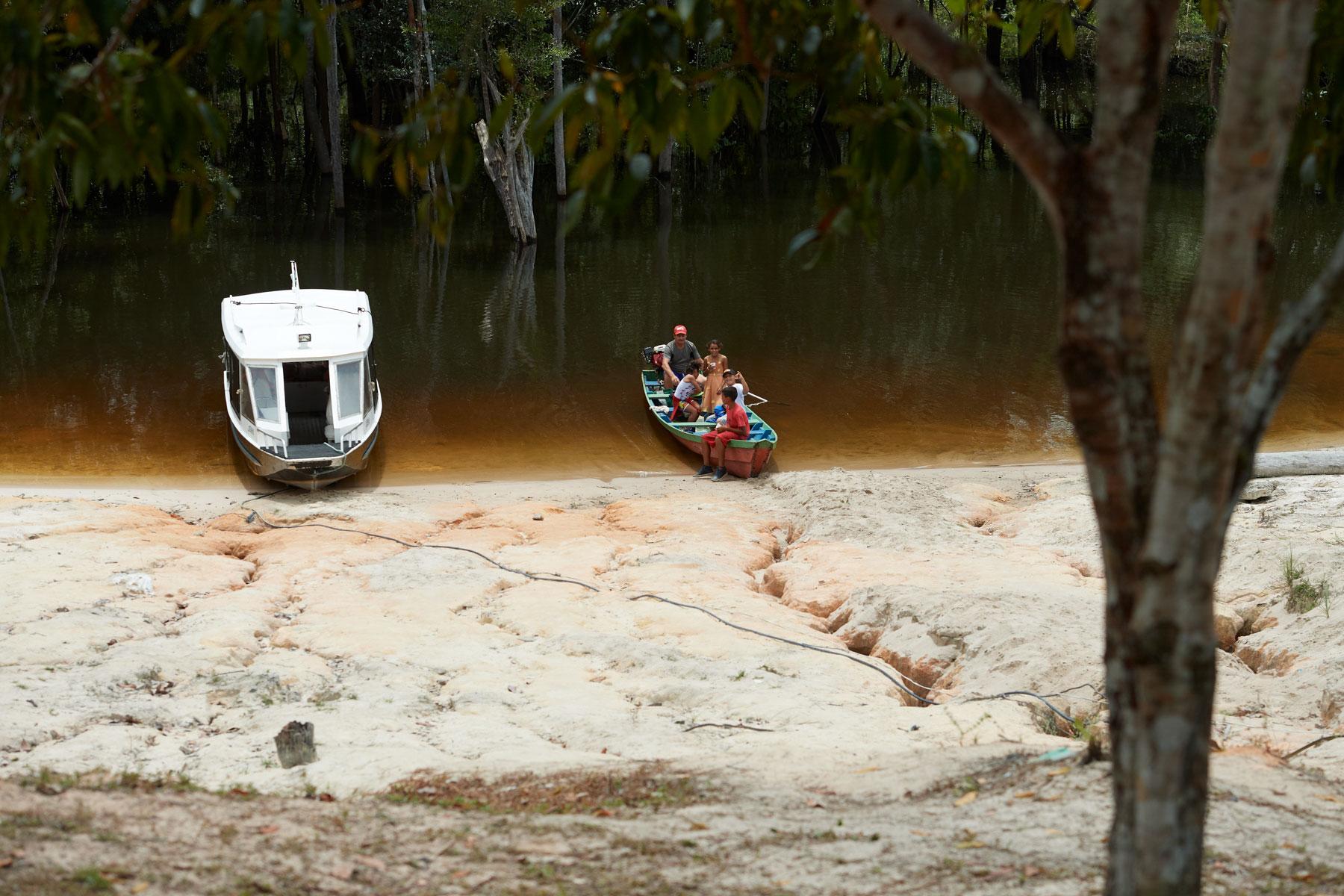 Bild zweier Boote an natürlichem Flussufer im Regenwald
