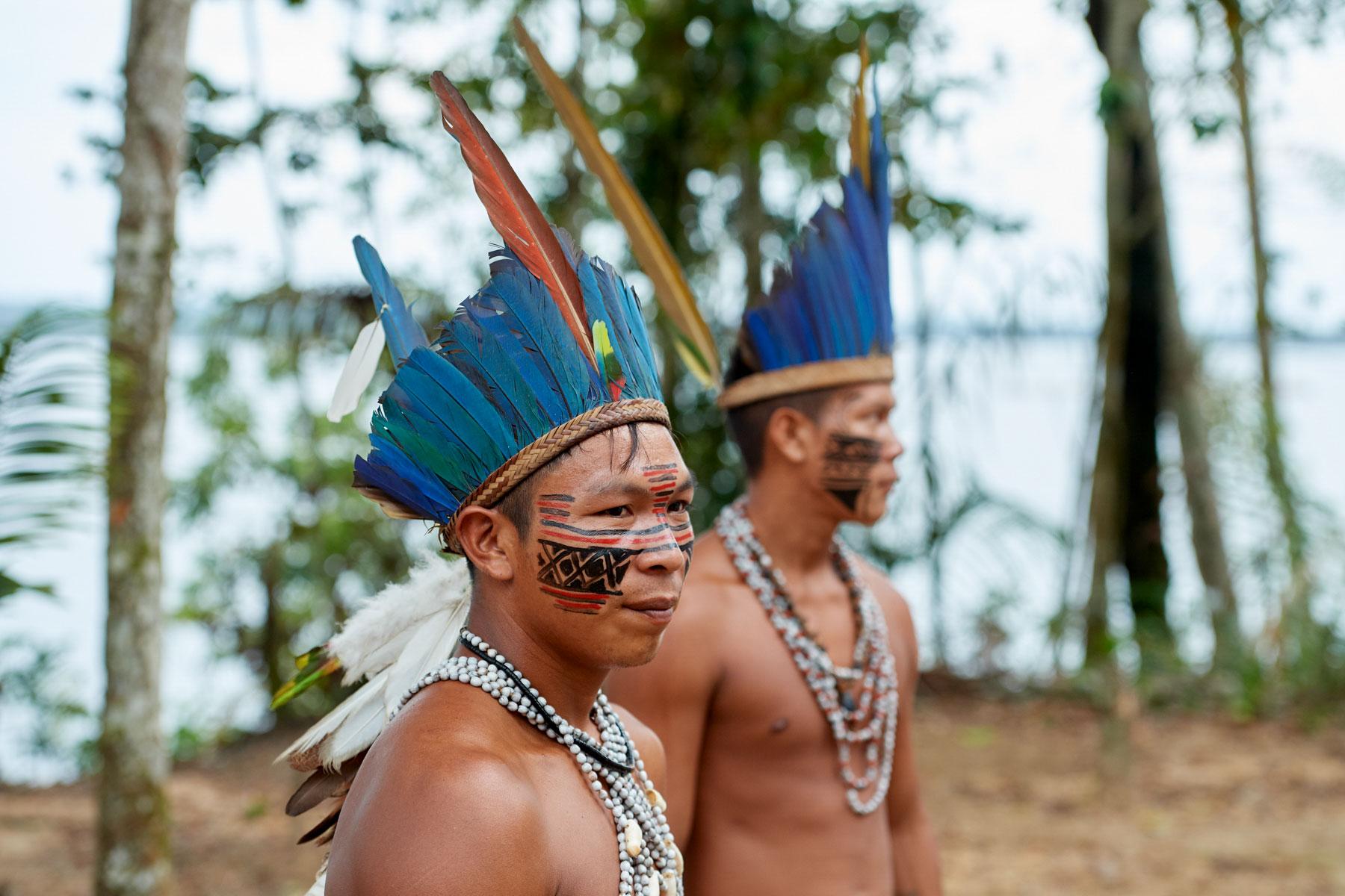Portrait zweier jungen Indigos mit Kopfschmuck und Bemalung beim Gespräch