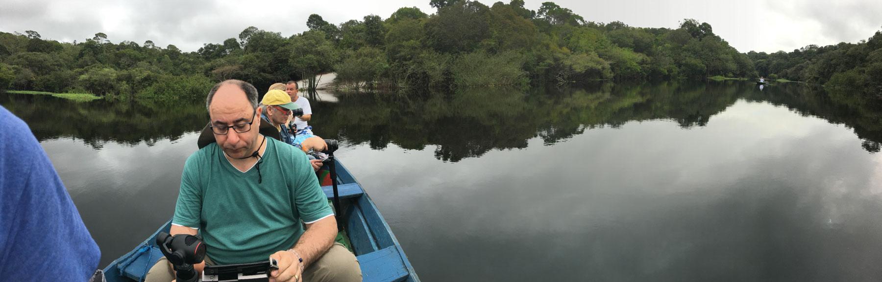 Foto zeigt ein Filmteam in einem Boot auf dem Rio Negro