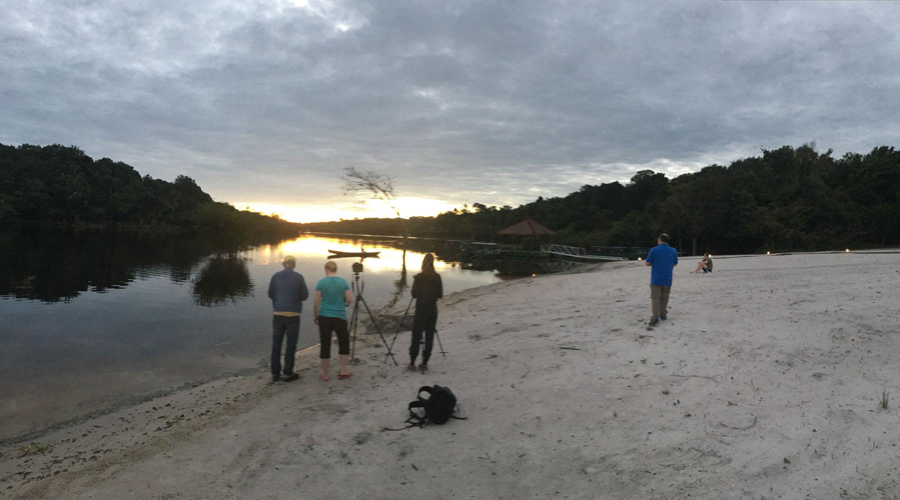 Foto einer Vierergruppe, bei aufgehender Sonne am Ufer der Rio Negro