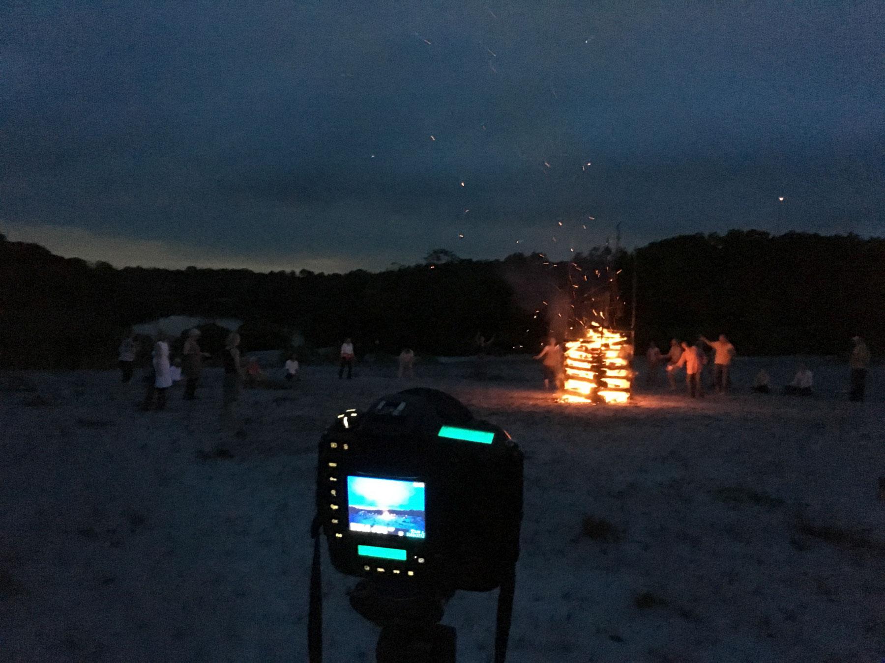 nächtliches Foto eines großen Feuers, das von einer leuchtenden Digitalkamera aufgenommen wird
