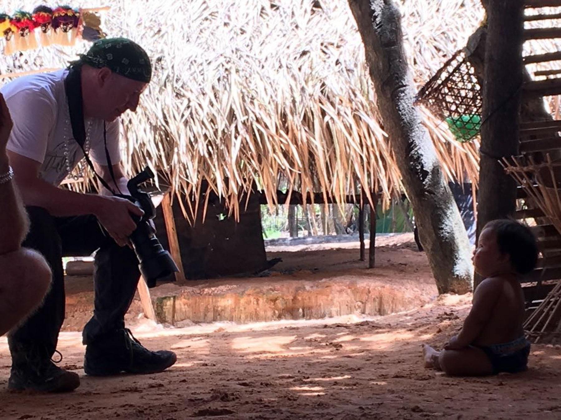 Fotograf kommuniziert mit einem kleinen Kogi-Urvolkkind