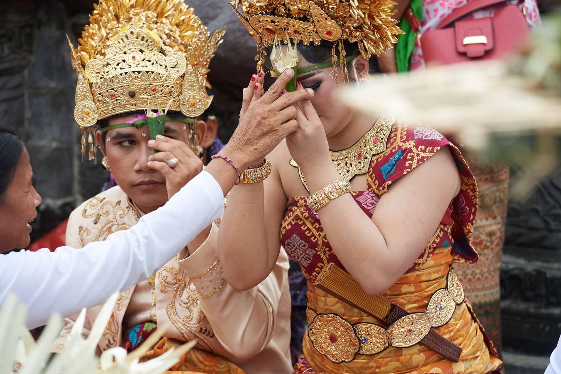 Foto einer balinesischen Hochzeit beim Vermählungsritual