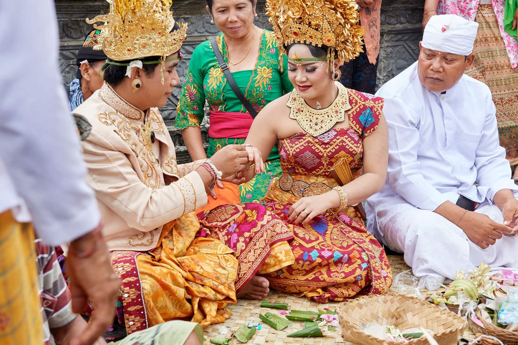 Foto einer balinesischen Hochzeit bei der Ringer Verteilung