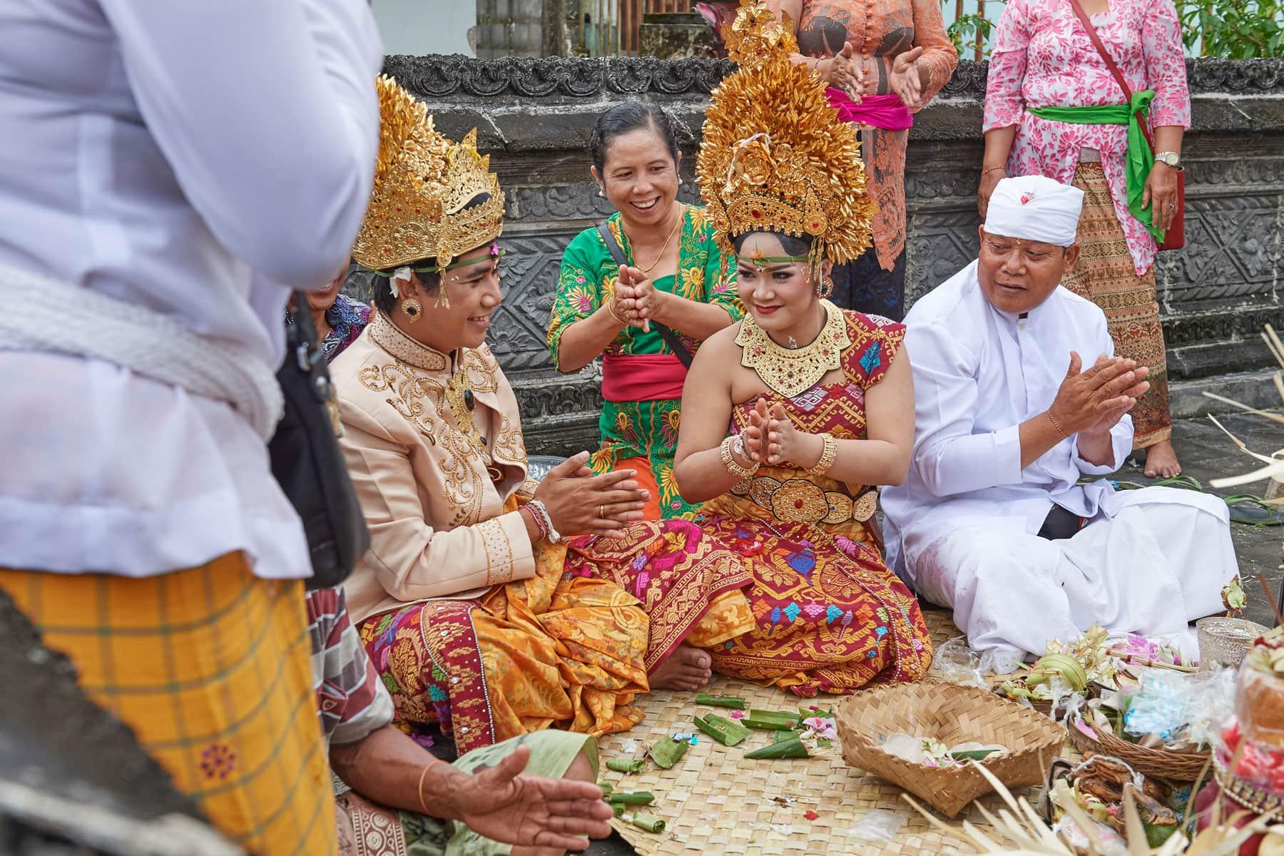 Foto einer balinesischen Hochzeit kurz vor der Ringer Verteilung