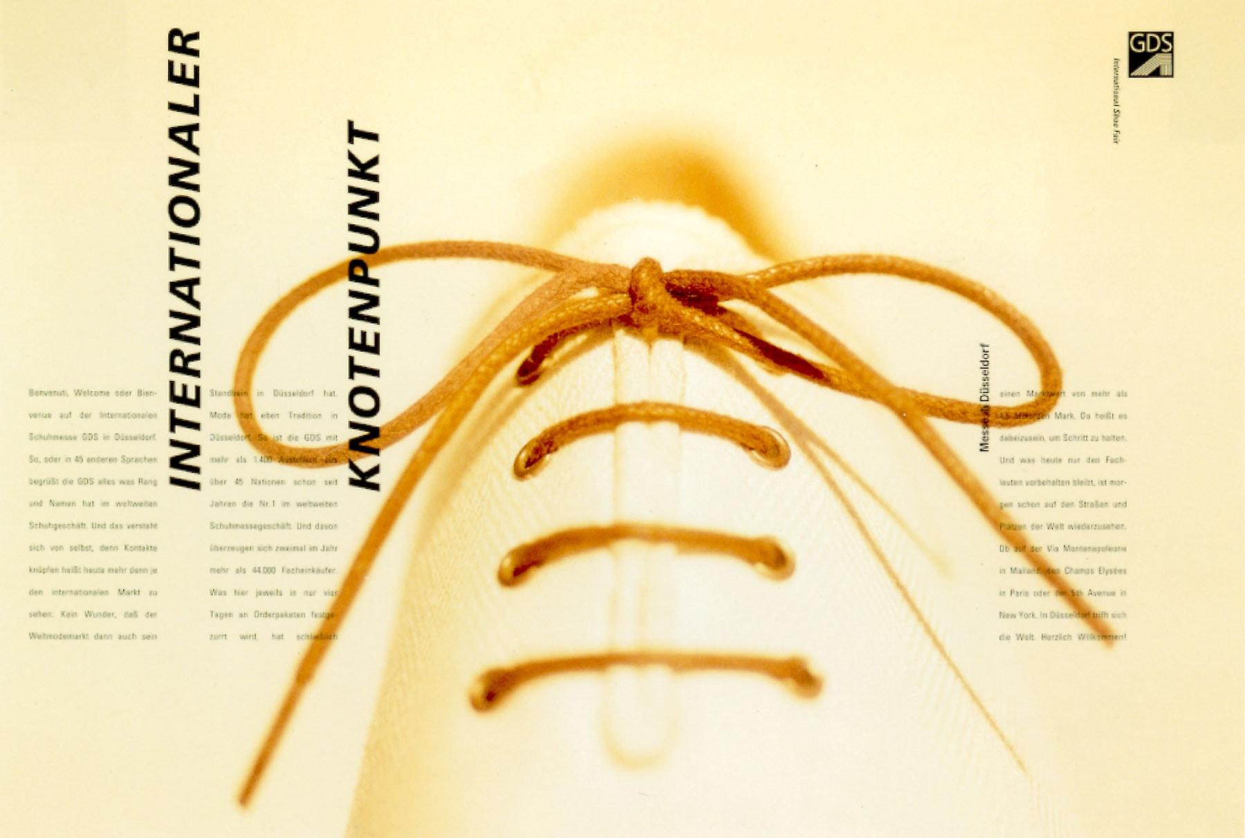 Foto eines teuren, weißen Herrenschuhs aus Leinen mit dem Focus auf den Knoten des Schnürsenkels