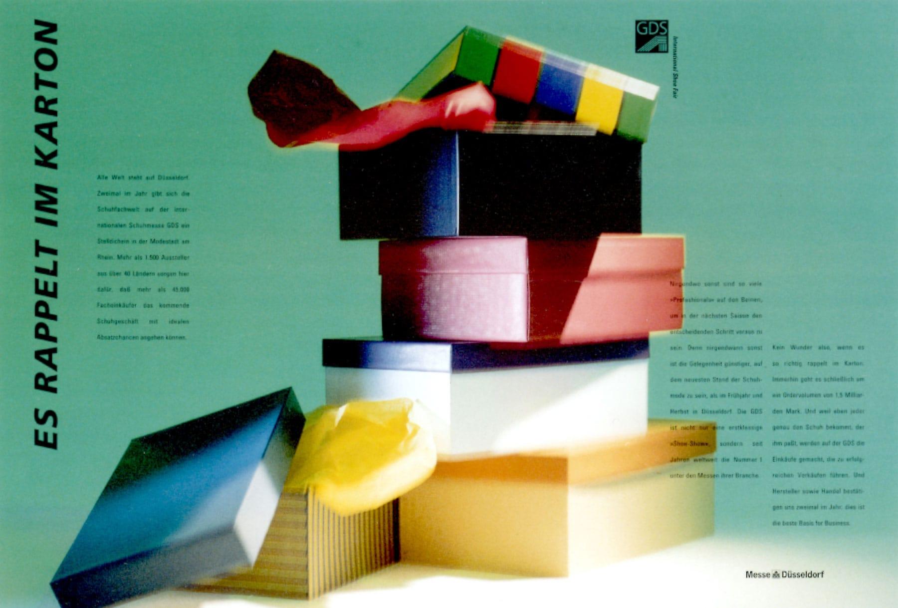 Bewegungsunscharfes Fotos von bunten Schuhkartons