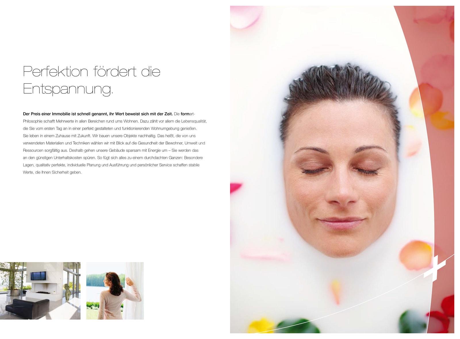 Portrait einer schönen Frau, deren Gesicht aus einer mit Milch gefüllten Badewanne lugt