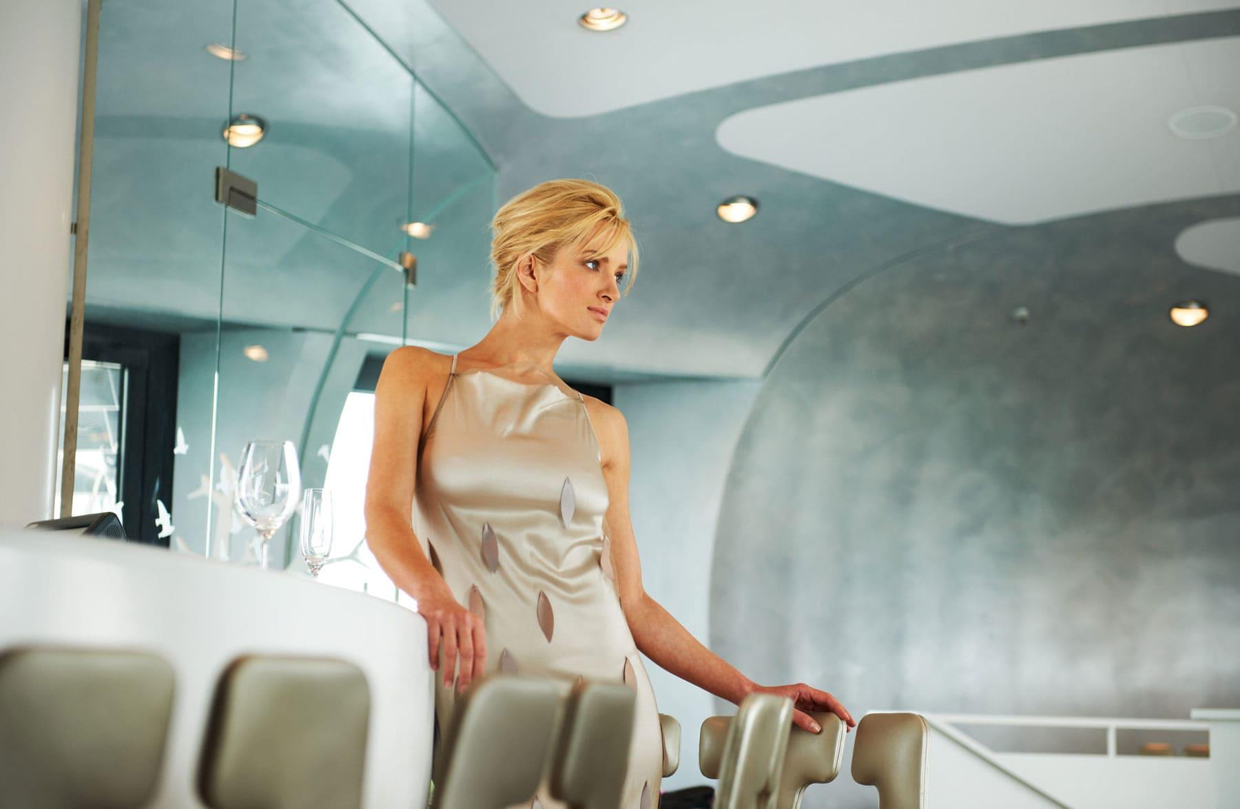 Portrait einer blonden Schönheit in anspruchsvollem Ambiente