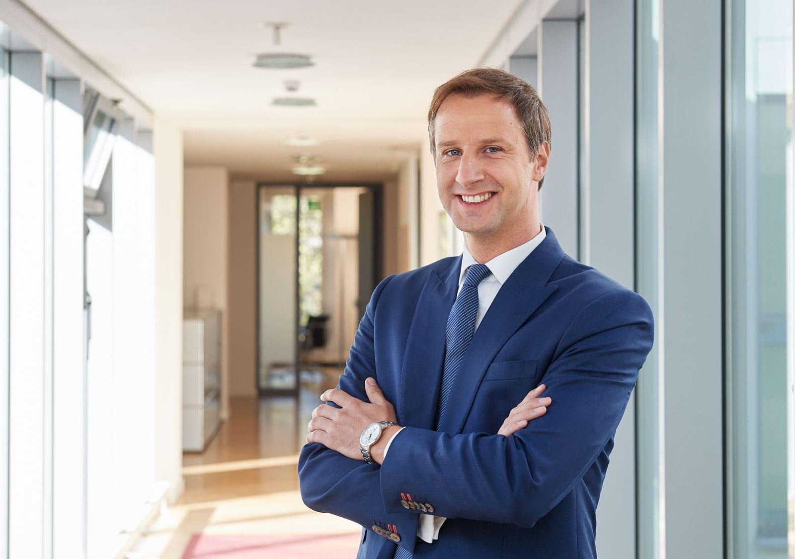 Portrait eines dynamischen Rechtsanwaltes in seiner Kanzlei