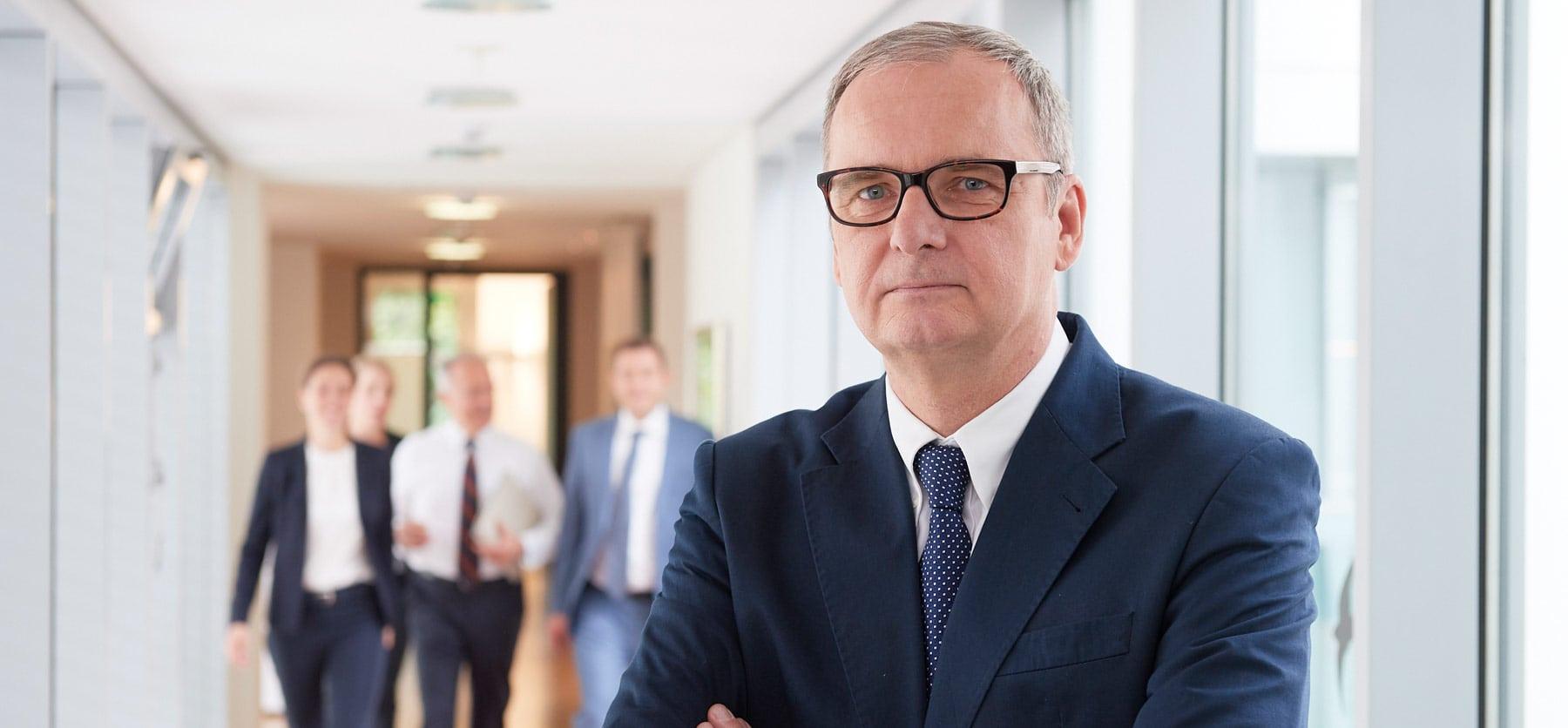 Portrait eines Rechtsanwaltes in seiner Kanzlei