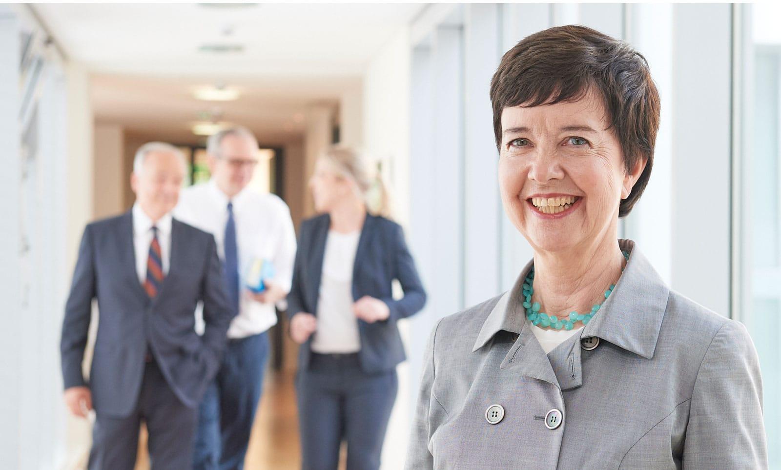 Portrait einer reiferen Rechtsanwältin in ihrer Kanzlei