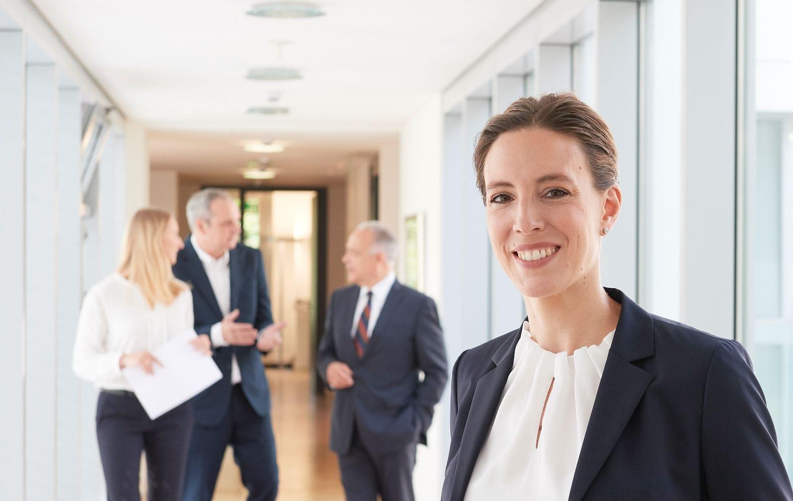 Portrait einer Rechtsanwältin in ihrer Kanzlei