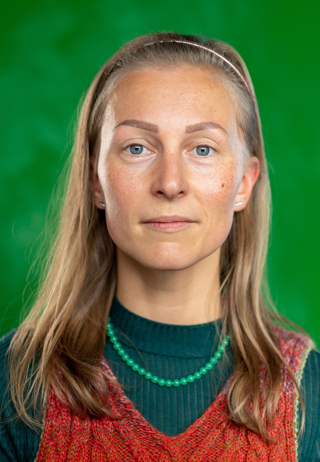 Portrait von einer Frau vor grünem Hintergrund