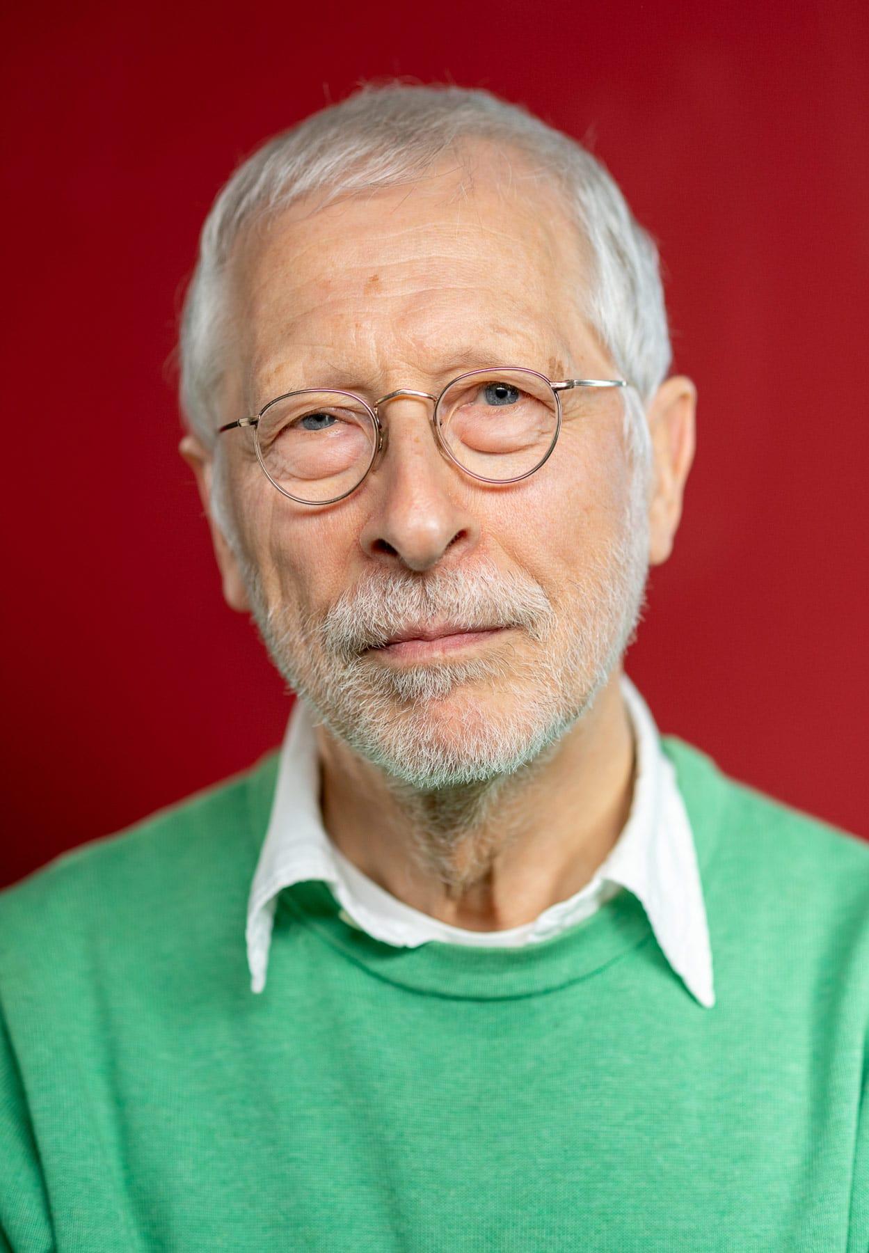 Portrait von eines älteren Mannes vor rotem Hintergrund