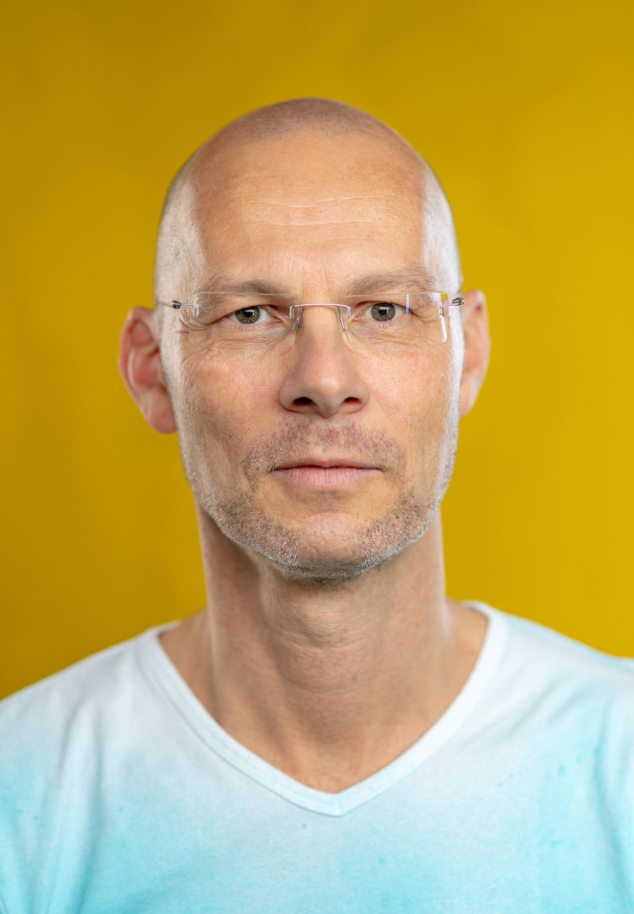 Portrait von eines jungen Mannes vor gelben Hintergrund