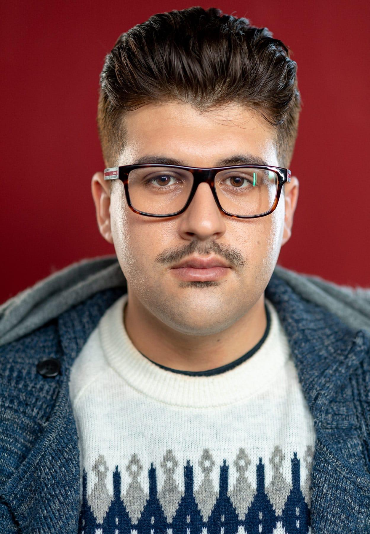 Portrait von einem Mann mit Hornbrille