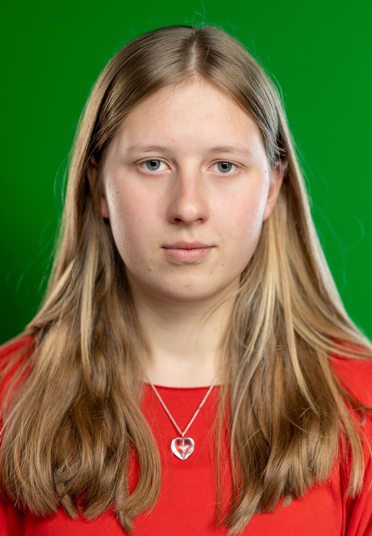 Portraitfoto einer jungen Frau mit rotem Shirt