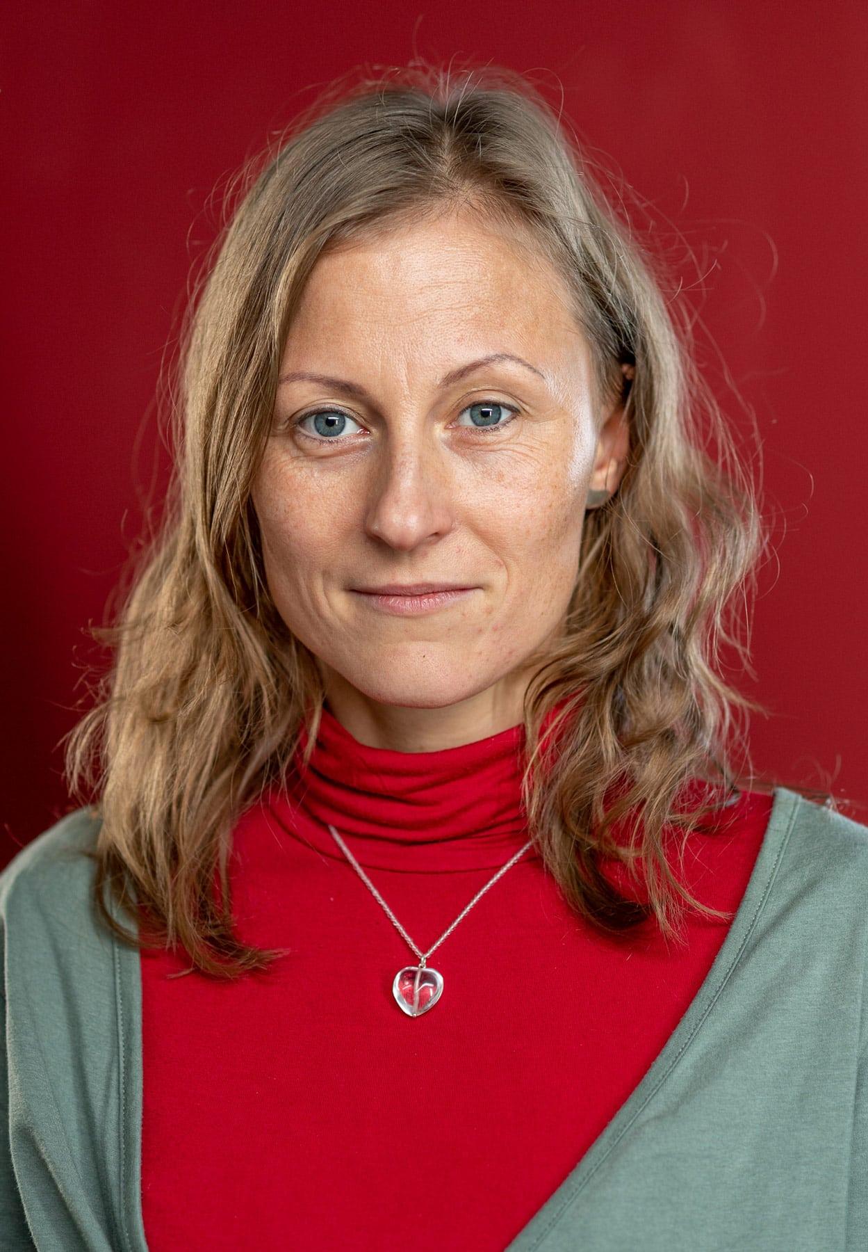 Portrait eine jungen Frau mit rotem Rollkragenpulli